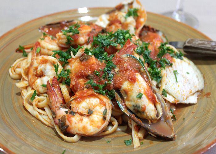 Le bavette ai frutti di mare si preparano facendo cuocere a fuoco vivace i frutti di mare, aggiungendo successivamente i gamberi, il prezzemolo e la ...