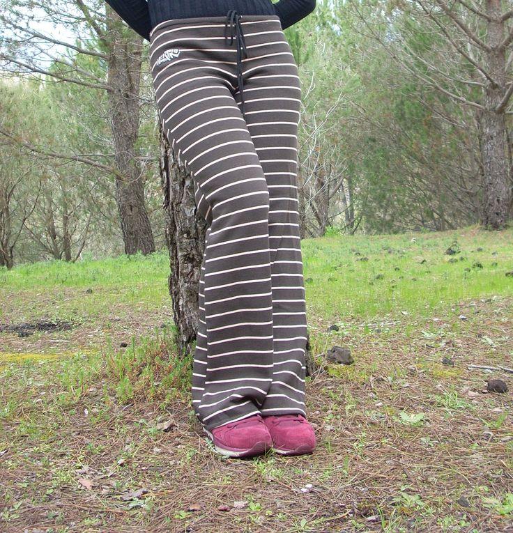 pantaloni a strisce,in tessuto adatto alla primavera,vita bassa,comodi e pratici come una tuta,euro 20.