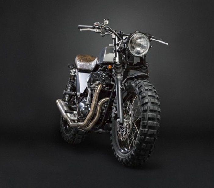 Tomando como referencia la Kawasaki W800, Marco Lugato y su equipo de Moto di Ferro (Venecia) han creado esta maravilla: ruedas de tacos, sillín más elevado, tanque más pequeño, le eliminan los retrovisores…lo cierto es que les ha quedado muy elegante. Válvulas: 4 Cilindrada: 773 cc Diseño bicilíndrico en paralelo Enfriamiento: aire Motor de arranque:Read More