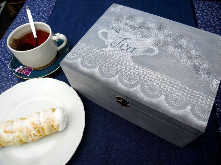 tea 2 dřevěná krabice na čaj, malovaná a zdobená šablonováním velikost : 22 x 17 cm, výška 8 cm, 6 přihrádek