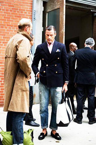 【40代・50代】ネイビージャケット×黒パンツの着こなし(メンズ)   Italy Web