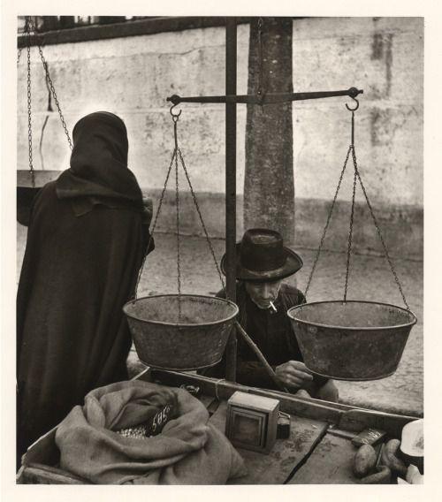 Jean Dieuzaide: Portugal, Evora, le marché, 1954.