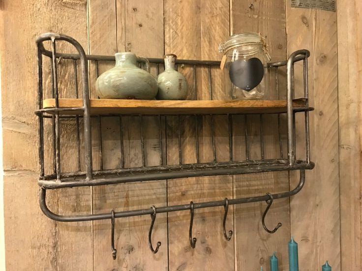 Dit industriële bakkersrek /  wandrek voorzien van stang en 5 verstelbare  haken.  Dit rek is voorzien van een legplank en een rooster wat een mooi effect geeft aan het rek.  Het wandrek  plaats je  gemakkelijk in de keuken, woon- of werkkamer, of als extraatje voor op de slaapkamer.  Dit Wandrek is een mooie decoratie voor in je huis en zijn voor meerdere doeleinden bruikbaar.  65 x 36  x 16