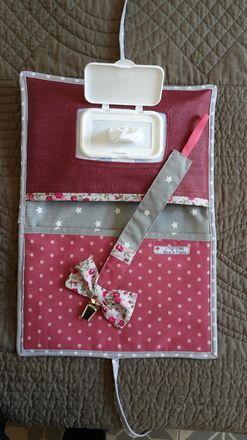 Ensemble cadeau de naissance original  pochette à couche / lingettes  et attache sucette assortie. Pratique  pour  mettre dans son sac quand  l'on veux prendre le minimum .Pochett - 14649533