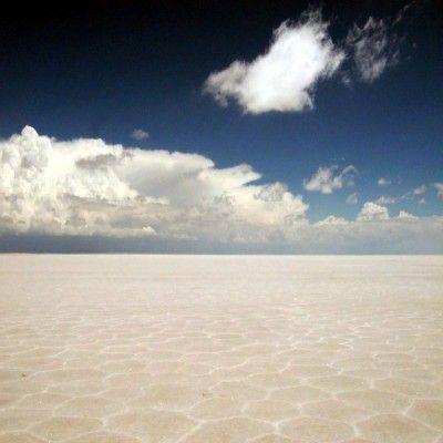 Soľná plošina v Bolívii je súčasťou púšte Atacama. Je to jedno z najsuchších miest na Zemi. Na niektorých miestach neprší celé desťročia. Ako väčšina púštnych oblastí sa vyznačuje teplotnými výkyvmi - cez deň teplota vystúpi aj na 50 C, v noci klesne na nulu.