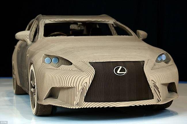 Japon otomobil üreticisi Lexus, tasarımcı ve araba tasarımlarına dikkat çekmek için Londra merkezli bir tasarım firmasıyla yaptığı ortak çalışmayla tamamı kartondan yapılmış araç yaptı. Origami tasarımından esinlenerek yapılan aracın adı Lexus Origami. Üstelik bu aracı kullanma şansınız da var. Tabii ki normal araç gibi bir motoru mevcut değil, sadece süs olarak kullanılmamış tekerlekleri sayesinde belli …