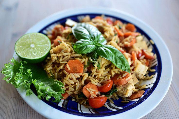 Alltså stekt ris in my heart! Jag älskar det verkligen och det är så galet gott! Kan inte få nog, trots att jag nyss varit i Thailand. Det här är en perfekt lunch eller middag fylld med bra energi och näring och är så enkelt, gott och helt veganskt!  INGREDIENSER: 1 dl råris (torrt) 1/2 pake