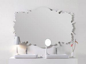 Morphing di Kos, uno specchio con cornice in metallo verniciato, dalla forma scultorea e sofisticata, semplice e pulita. Perfetto da appendere sopra lavabi anche vintage e dalle forme retrò.