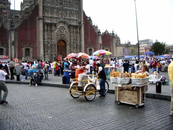 la Zocalo, grand place de Mexico et façade de la cathédrale, construite sur l'emplacement d'une ancienne pyramide.