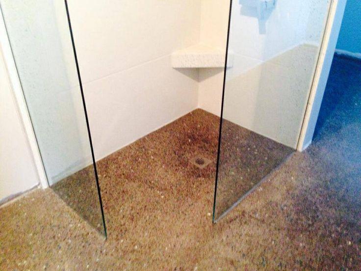 douche italienne sur plancher de b ton poli avec murs de
