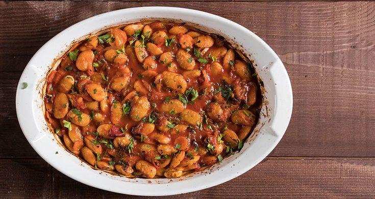 Γίγαντες φούρνου από τον Άκη Πετρετζίκη. Φτιάξτε αυτό το παραδοσιακό φαγητό, γίγαντες στον φούρνο, με σάλτσα ντομάτας και λαχανικά! Θα γίνει το αγαπημένο σας!