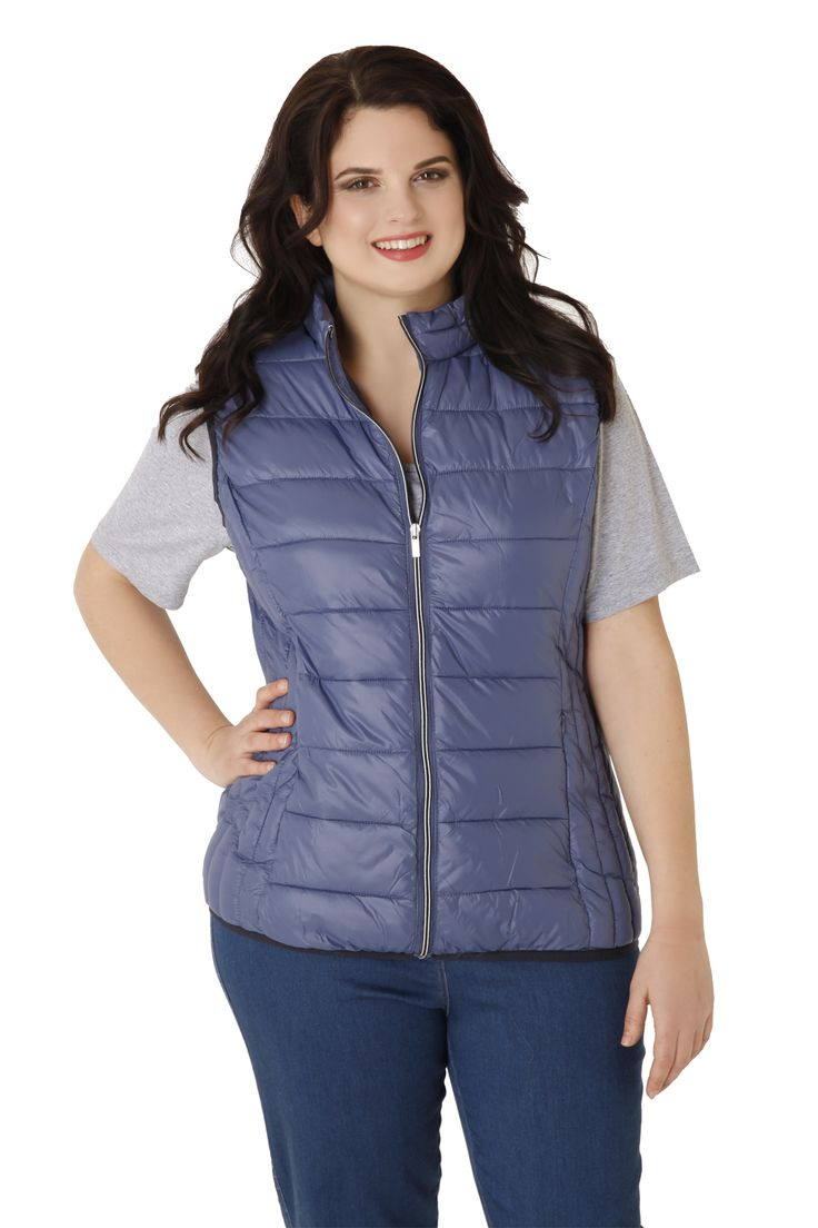 Sleeveless quilted puff jacket with a zipper and inner lining in a different colour. Available in 4 colours.