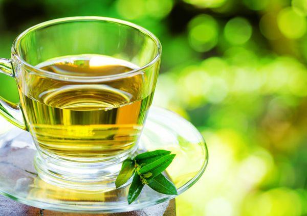 Il tè verde, un infuso pieno di proprietà terapeutiche. Ampiamente utilizzato in tutta l'Asia, ha origine in Cina.http://www.sfilate.it/226531/7-ragioni-per-bere-verde