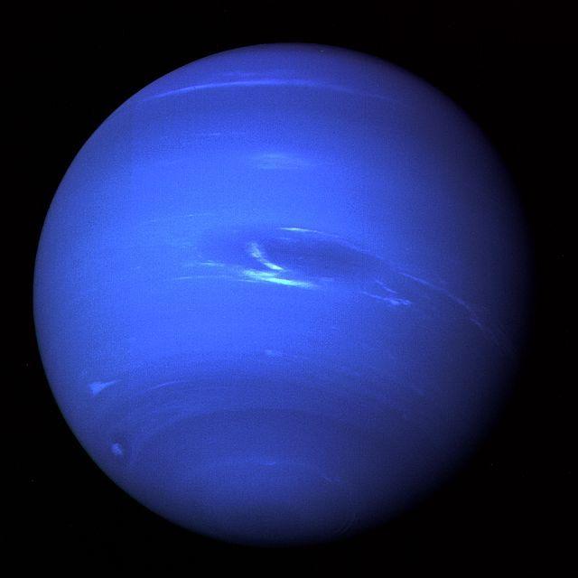 """Planeta Netuno. 'Planeta Azul'. Imagem da """"Voyager 2"""", 1989."""