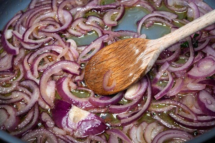 Preparare le cipolle rosse di Tropea caramellate