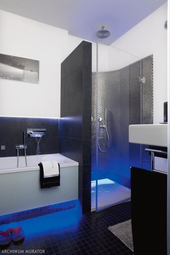 Mała łazienka z wanną i prysznicem