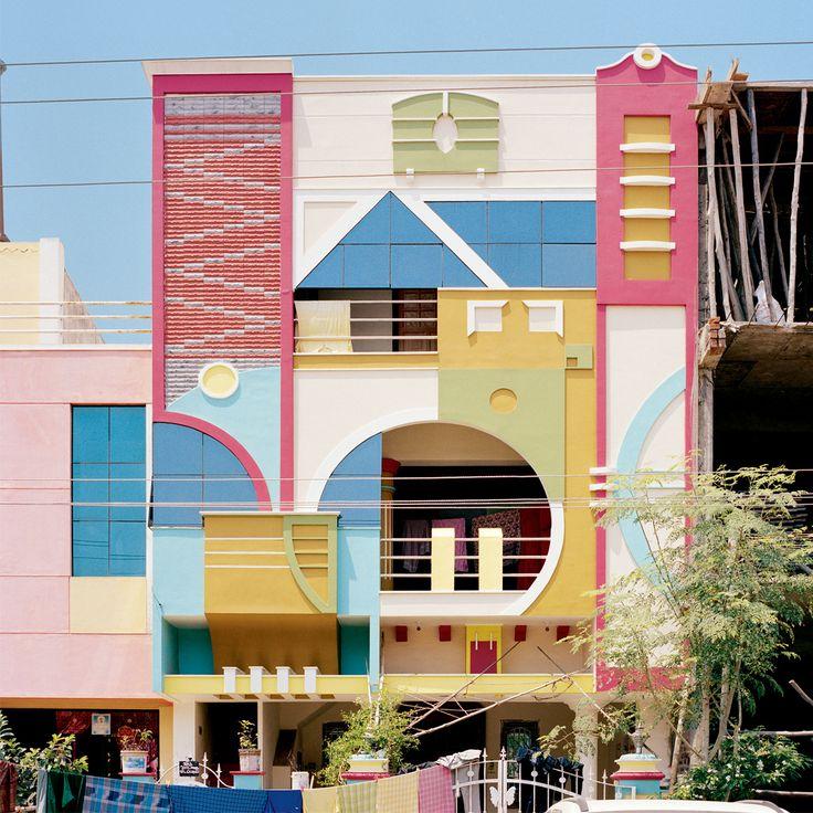 À Tirunamavalai, en Inde du Sud, les maisons colorées comme des jouets d'enfants semblent tout droit sorties de l'univers de l'architecte Ettore Sottsass © Vincent Leroux