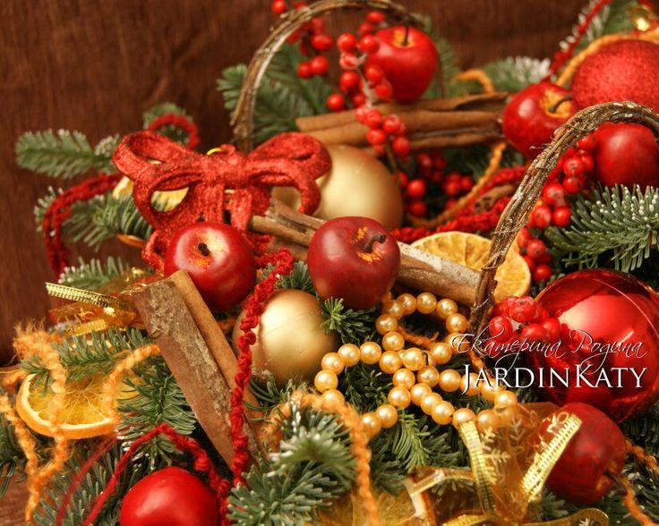 Мы продолжаем готовиться к Новому году! Настольная композиция с лимоном и корицей, с шерстяными нитками, и с золотыми и красными шарами.