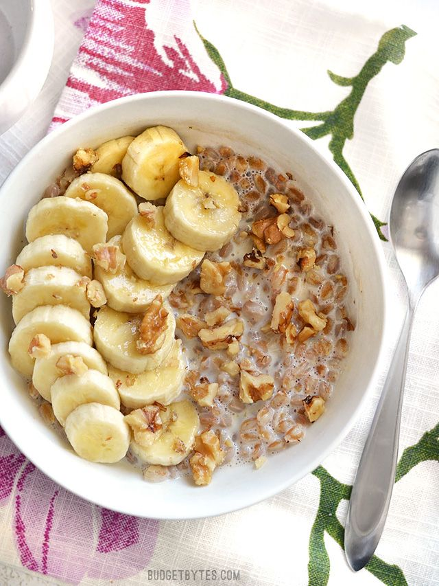 Oatmeal isn't the only grain that is great for breakfast! Take leftover cooked farro and turn it into this delicious Banana Nut Breakfast Farro bowl. - Budget Bytes