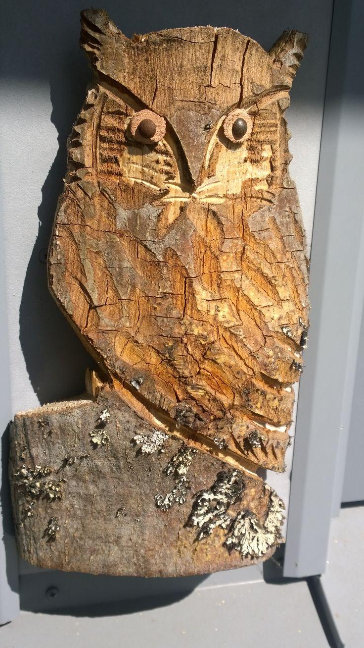 Moottorisahalla muotoiltu pöllö
