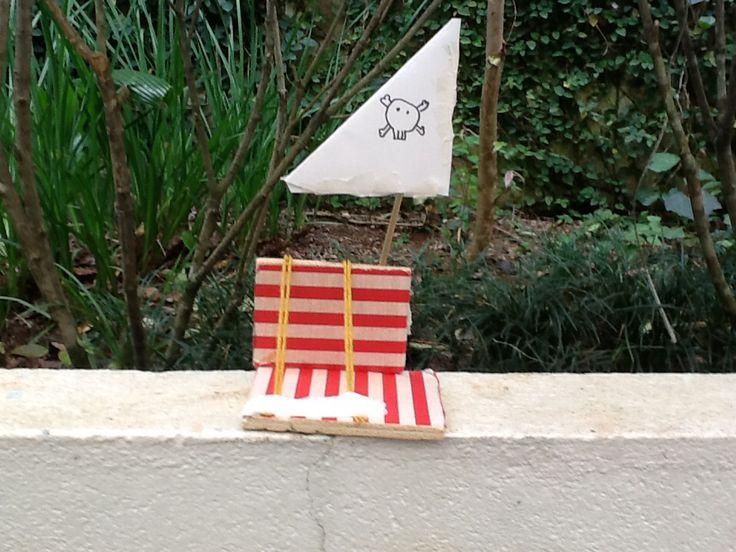 Agora, o que você esta vendo è um barco movido a vela feito de madeira. Materiais utilizados: barbante, palito de churrasco, papel e madeira. Feito por IRAN