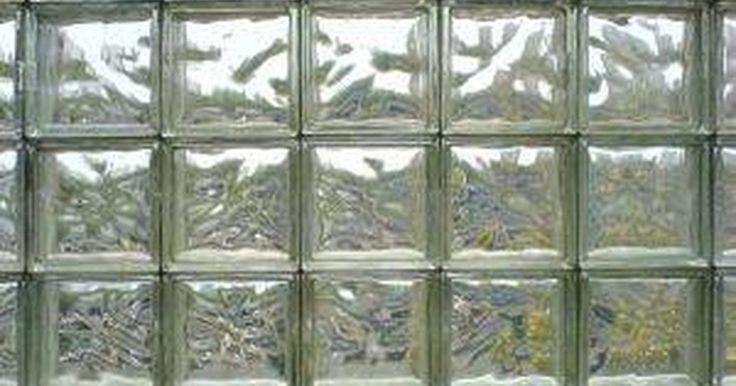 Ideias para blocos de vidro para banheiros. Blocos para construção de vidro são uma maneira barata de levantar o astral de um cômodo. Colocados com frequência em banheiros, eles permitem a passagem de luz sem sacrificar muito a privacidade. Com estilos, padrões e cores novas, as possibilidades para blocos de vidro são infinitas.