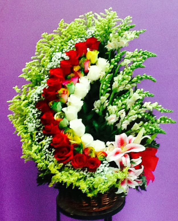 Hermoso Espiral de Flores con un toque especial de Rosas Arcoiris