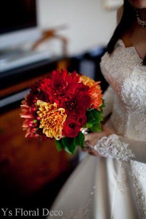 こちらのおふたりのお色直しのときのご様子です。ドレスは替えずに、ヘアスタイルとお花でイメージチェンジです。白いお花からがらりと印象を変えました。秋らしい赤...