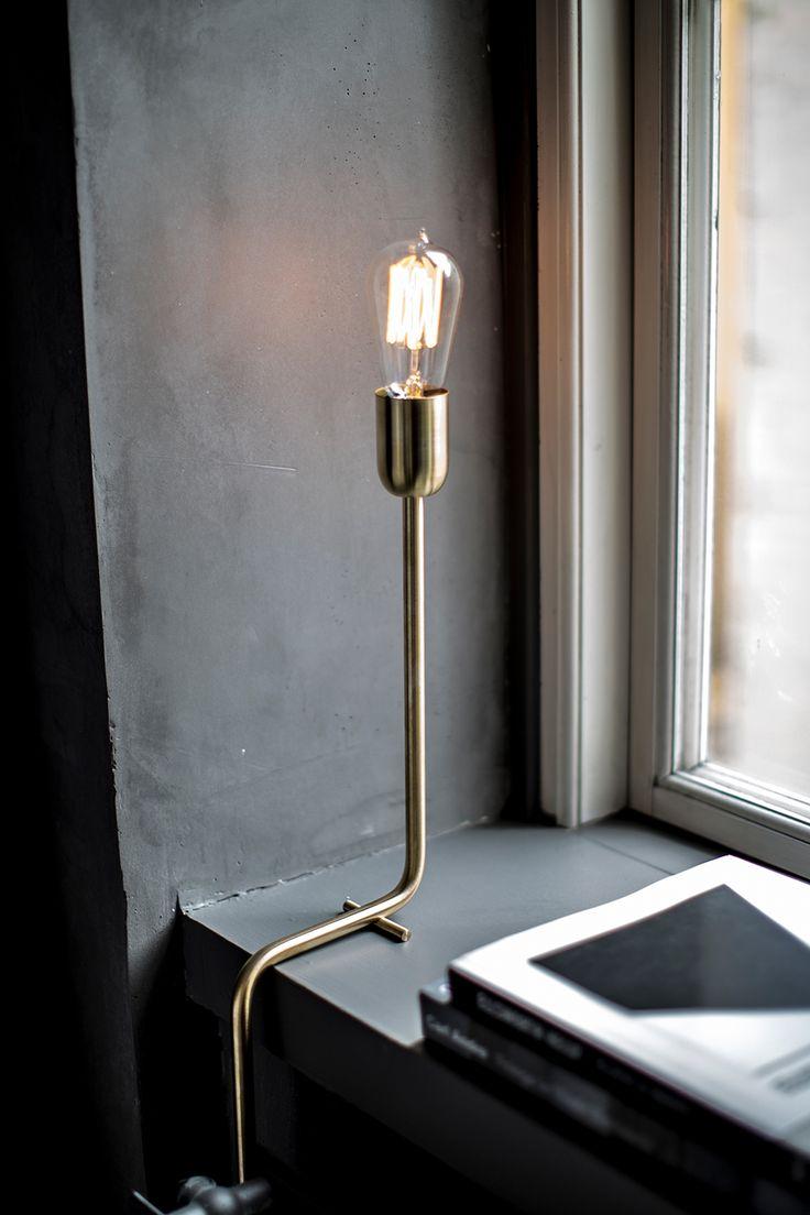 Kavalier, bordslampa formgiven av Niclas Hoflin för RUBN. En häftig lampa som tar avstamp i den råa industrialismen samtidigt som dess eleganta rena linjer gör att den passar i alla miljöer. Kavalier finns i två lackade varianter samt i ett utförande i rå mässing, som får en vacker patinering med åren.