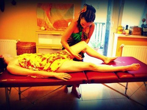 MASAŻE    Masaż jest nie tylko znaną formą relaksu, ale także dzięki odpowiedniemu oddziaływaniu na tkanki ustroju, skutecznie leczy organizm. Pozwala zachować zdrowie i młodość. Po zabiegu można poczuć się wypoczętym i pełnym energii. Podczas masażu ciało całkowicie się relaksuje, skóra staje się gładka i jędrna, poprawia się również przemiana materii. Organizm się oczyszcza, co znacząco pomaga podczas odchudzania. Wspomaga również redukcję cellulitu i zapobiega zwiotczeniu mięśni.