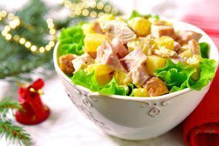 Arrivata la bella stagione, la voglia di fresche e sfiziose ricette di insalate estive con la frutta prende piede: che ne dite di provarne qualcuna di quelle raccolte di seguito per portare un tocco d