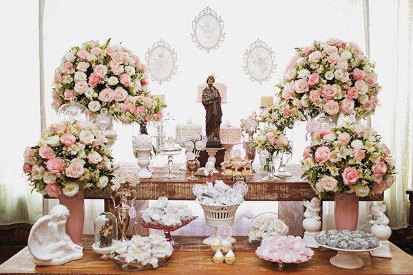 O batizado da Juliana ficou muito delicado! As cores escolhidas foram rosa e branco para dar mais leveza e luminosidade ao ambiente. Como a família é devot