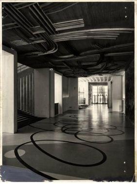 ... disegno di Roberto Crippa, il disegno del soffitto è di Gianni Dova