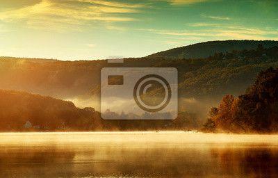 Fototapeta Piękna jesień krajobraz, jezioro w porannej mgle