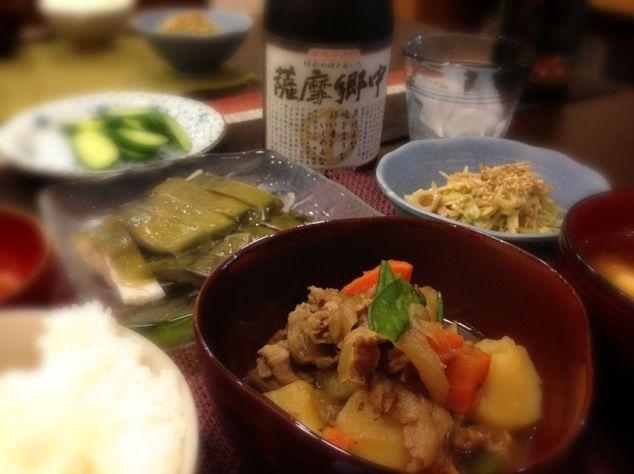 今日は私の習い事で、21:30に帰宅。 今急いで食べて片付けです。 このあと、ドーナツ食べるというので、急がなきゃ - 51件のもぐもぐ - 肉じゃが、シメサバ、根菜とキャベツのサラダ、豆腐の味噌汁、イカの塩辛、きゅうりのぬか漬け by masako