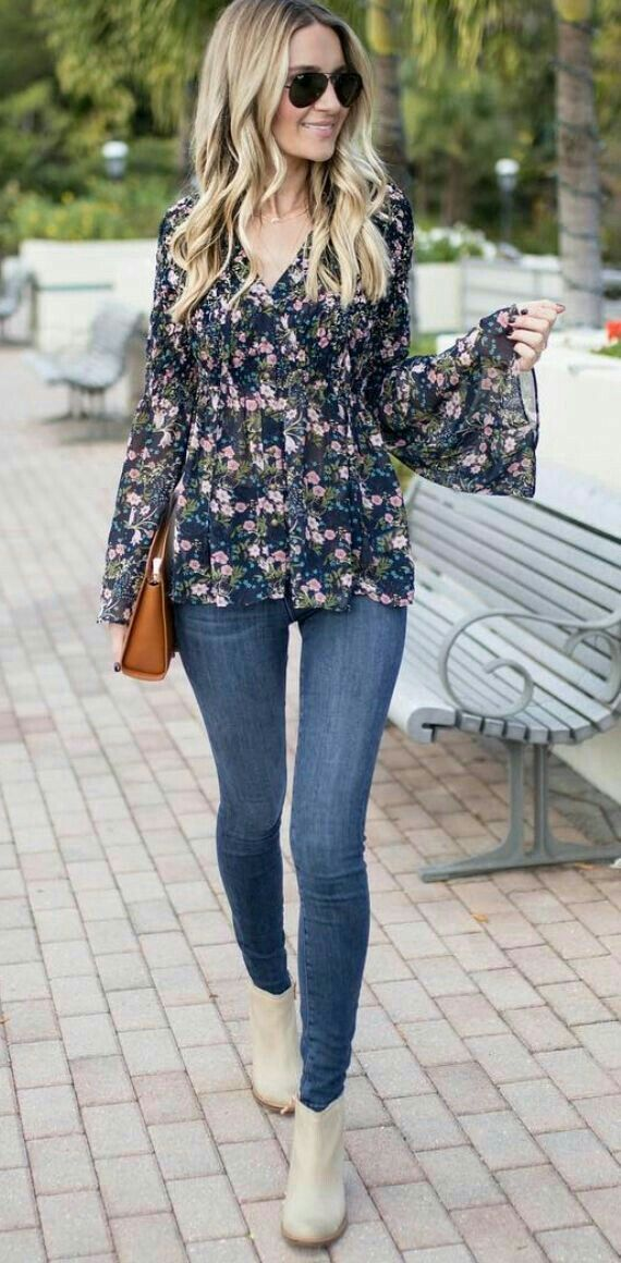 Para salir cómoda.  Jeans,blusa manga de campana floreada color azul y botín color arena