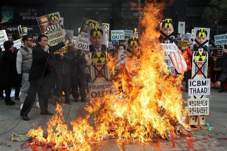 Manifestanti sudcoreani bruciano immagini di Kim Jong-un, il leader della #Corea del Nord, durante una protesta a #Seul. La Corea del Sud ha annunciato la chiusura di un complesso industriale, gestito insieme al vicino settentrionale, in risposta ai test nucleari e al lancio di razzi da parte del regime nordcoreano. #CoreadelNord(© Getty Images)
