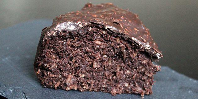 Ufattelig svampet sund chokoladekage med kokos, der smager lige så syndigt som en almindelig kage. Den kan dog spises med god samvittighed, da der hverken er tilsat sukker eller mel.