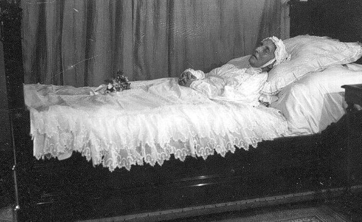 CARLOTA AMALIA, EN SU LECHO DE MUERTE, PRINCESA DE BÉLGICA, ARCHIDUQUESA DE AUSTRIA Y EMPERATRIZ DE MÉXICO.