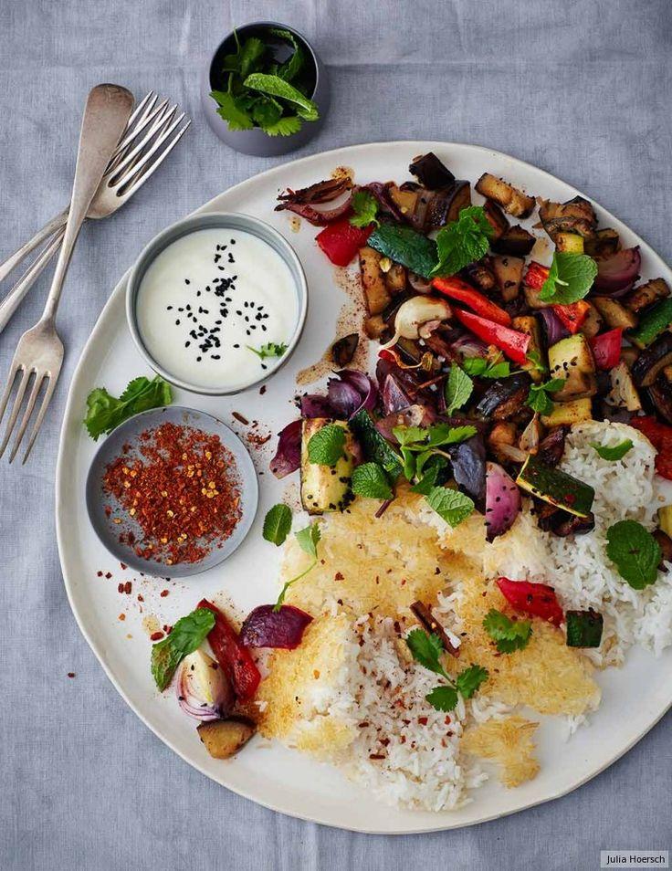 Wenn der körnige Basmatireis knistert und am Topfboden eine goldene Kruste bildet, ist er perfekt. Das Gemüse ist orientalisch-opulent mit Zimt, Kardamom und Harissa gewürzt. Der Joghurt-Dip erfris