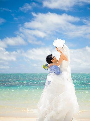 青い海と青い空をバックにしたウェディングフォト♡ハワイらしい結婚式一覧♡ウェディング・ブライダルの参考に♡