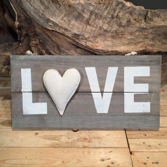 Ξύλινη πινακίδα σε γκρι χρώμα που γράφει LOVE με καρδιά μαξιλαράκι και σχοινί για να κρεμαστεί.Το NEDAshop.gr υποστηρίζεται από το κατάστημα μας όπου μπορείτε να δείτε όλα τα αντικείμενα από κοντά.Το κατάστημα μας βρίσκετε: Λεωφόρος Θηβών 503 Αιγάλεω http://nedashop.gr/gamos/leptomereies-gamoy/gkri-ksylinh-pinakida-LOVE