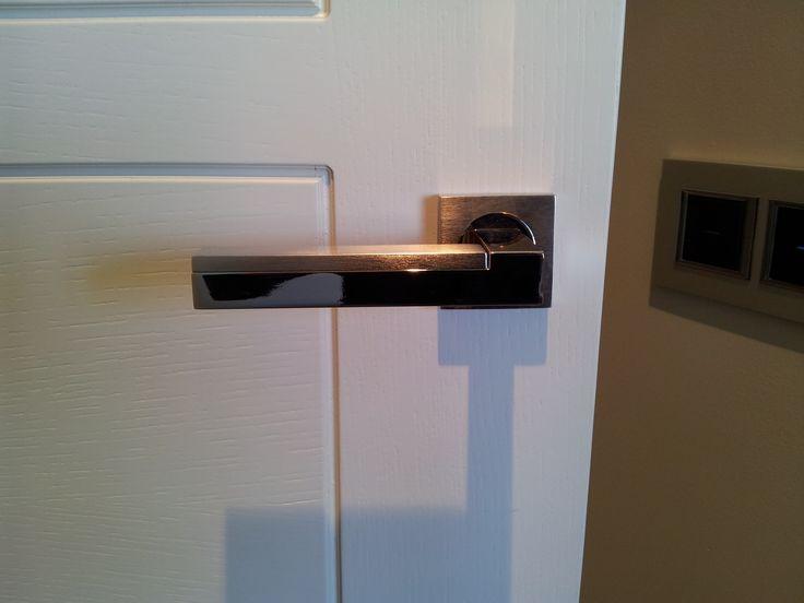 Puerta lacada con manilla.