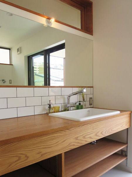 洗面・洗濯室は2階に設け、すぐにバルコニーに干せれるように。長いカウンターで、朝の混雑は解決。
