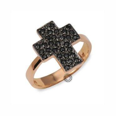 Ένα μοντέρνο δαχτυλίδι τύπου σεβαλιέ (chevalier) από ροζ χρυσό Κ14 σε σχήμα σταυρού καρφωμένο με μαύρα ζιργκόν. Διαθέσιμο σε Νούμερο 48. #σταυρος #ζιργκον #χρυσο #δαχτυλίδι