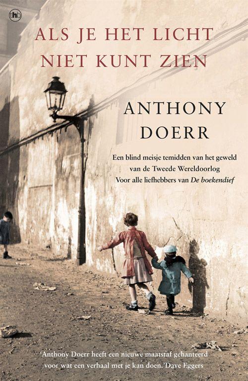 Door de Tweede Wereldoorlog en D-Day raken de levens van een blind Frans meisje en een jonge Duitse militair in St. Malo met elkaar verbonden. Een aangrijpende roman over de oorlog, maar ook over de kracht van technologie, verbeelding, gesproken woorden en over lot en liefde. Anthony Doerr - Als je het licht niet kunt zien #leestip #aanrader