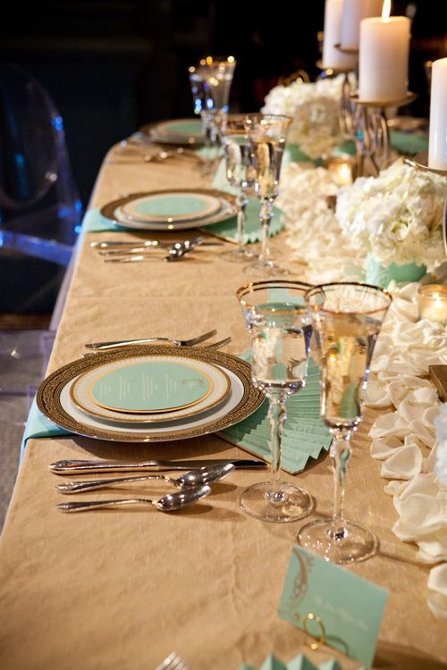 so wird die Tafel türkis, auch ohne türkise Blumen!  Mint Green and Gold Table Setting by Lindsay Landman Events, Photo by Sofia Negron