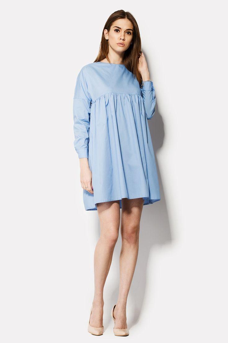 Голубое хлопковое платье COCO. Крой наряда – «бэби-долл» – идет с завышенной линией талии, усеянной складочками, и с рукавами в полной длине, которые застегиваются на манжете пуговицей. Горловина вырезана неширокой лодочкой, сзади которой есть планка с функциональными пуговицами.