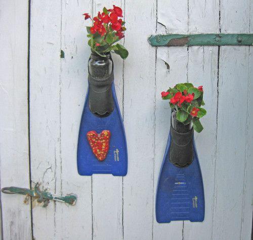 upcycling fuer den Garten, Upcycling Taucherflossen für Blumen, Weiteres unter www.recyclingkunst.wordpress.com
