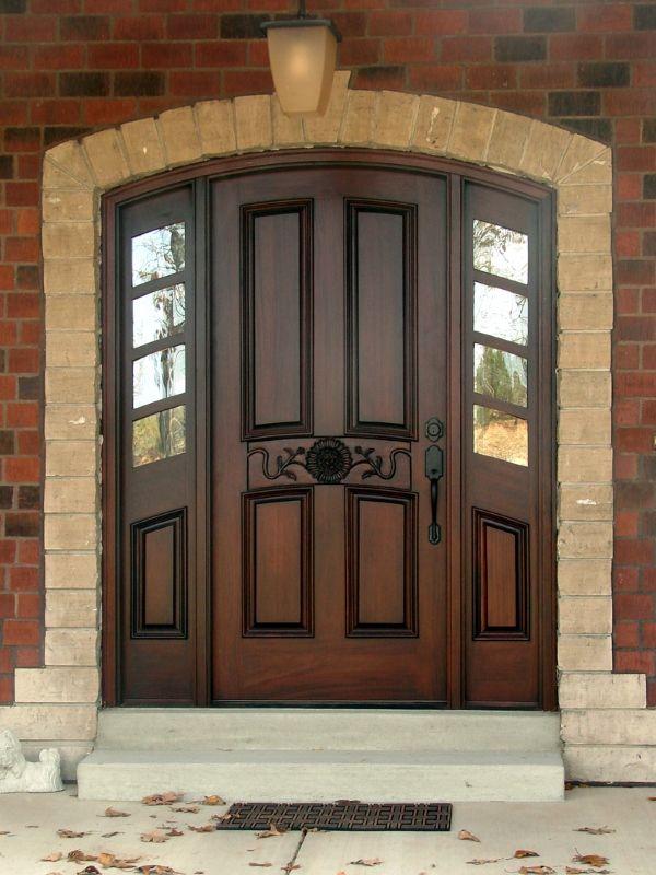 Темные деревянные двери на входе в дом